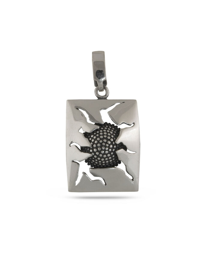 """Дамски сребърен медальон -с правоъгълна форма и вмъкнат оригинален елемент, зад""""счупеното""""стъкло.Ръчно изработен модел 897M от Студио Николас.Сребро 925"""