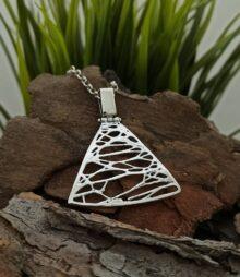 damski-srebaren-medalon-901m-s-triagalna-forma-i-originalni-ornamenti-studio-nikolas