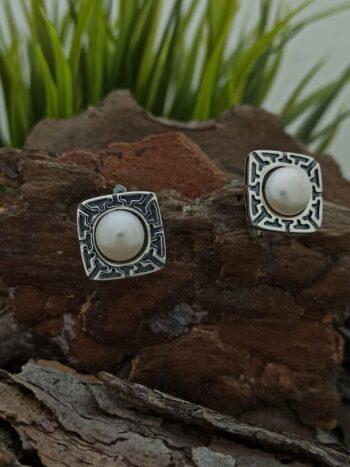 damski-srebarni-obetsi-s-perla-1151e-v-kvadratna-forma-s-gravyuri-i-inkrustirana-rechna-perla