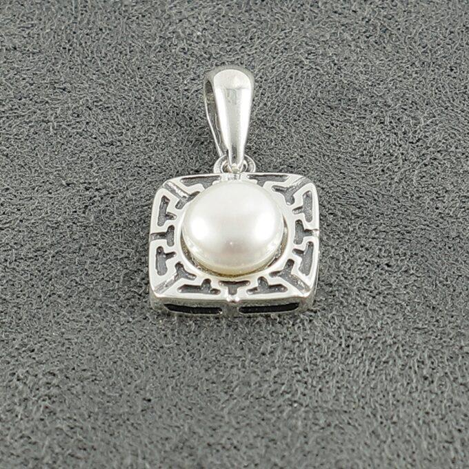 """Дамски сребърен медальон """"Тетида"""" 1150M бижу в квадратна форма с гравюри и инкрустирана речна перла Нежна висулка от сребро 925 Николас"""