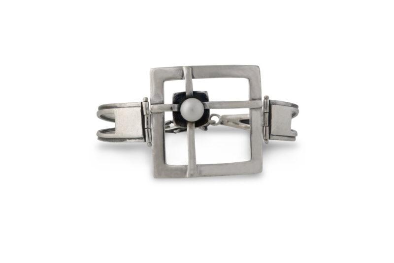 damska-srebarna-grivna-826b-s-forma-na-presechen-kvadrat-i-montirana-rechna-perla