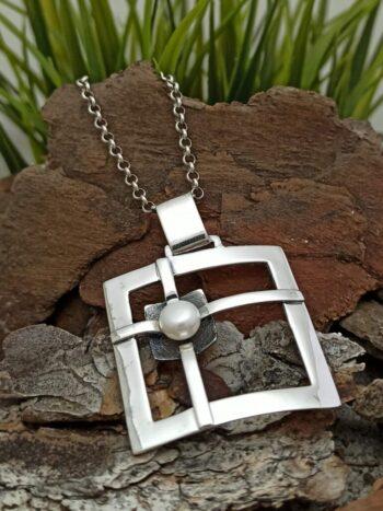damski-srebaren-medalion-s-rechna-perla-visulka-ot-srebro-s-perli-825m