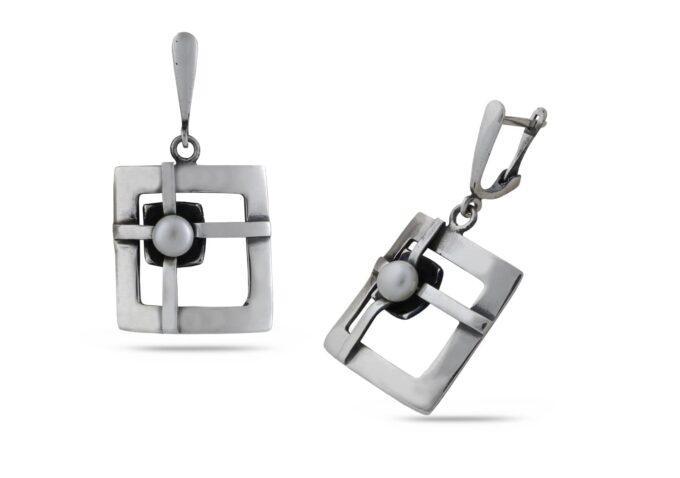 Дамски сребърни обеци 824E с форма на пресечен квадрат и с инкрустирана речна перла арт модел на Студио Николас - фабрика за сребърни бижута с речни перли! Nikol@s е изкуството, с внимание към всеки детайл и висококачествена ръчна изработка от сребро с 925 проба, сребърна красота! Диаметър на перлата 4мм./Дължина на обеците 42мм./Ширина на обеците 23мм. СЕРТИФИКАТ ЗА АВТЕНТИЧНОСТ пръстен; гривна;медальон;