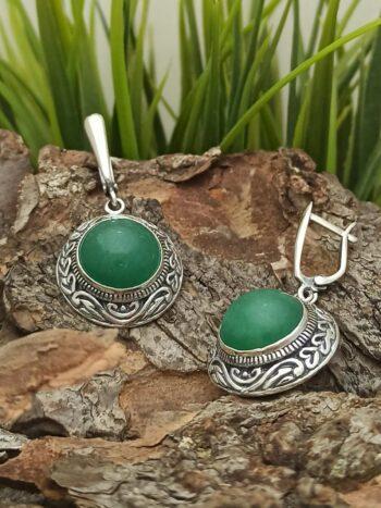 Масивни дамски сребърни обеци с английско закопчаване и естествен камък зелен авантюрин с кръгла форма и орнаменти.