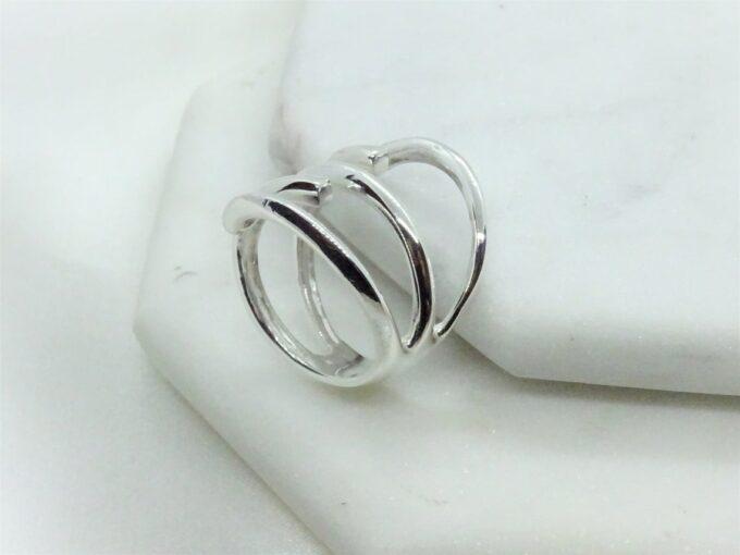 Нежен сребърен спираловиден пръстен, обвиващ пръста