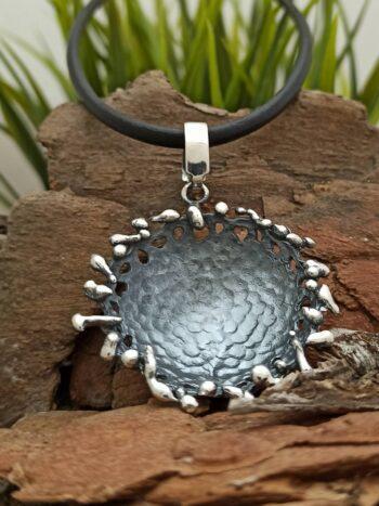 Дамски сребърен медальон 850M масивен модел Николас интересна форма на назъбен кръг с оксидация на елемента