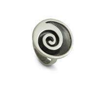 Дамски сребърен пръстен скръгла плочка и закачливазавъртулкаот сребро.Модел 485R от Студио Николас.Комплект с гривна, медальон и обеци.Nikol@s е изкуствoто, с внимание към всеки детайл.Ръчна изработка, 925 пробa, сребърна красота!
