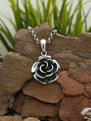 """Дамски сребърен медальон - 846M, модел с цвете роза на """"Николас"""" ООД. Дължина на медальона: 3.00 см./ Ширина на медальона: 2.00 см. Nikol@s е изкуствoто, с внимание към всеки детайл. Ръчна изработка, 925 пробa, сребърна красота!"""