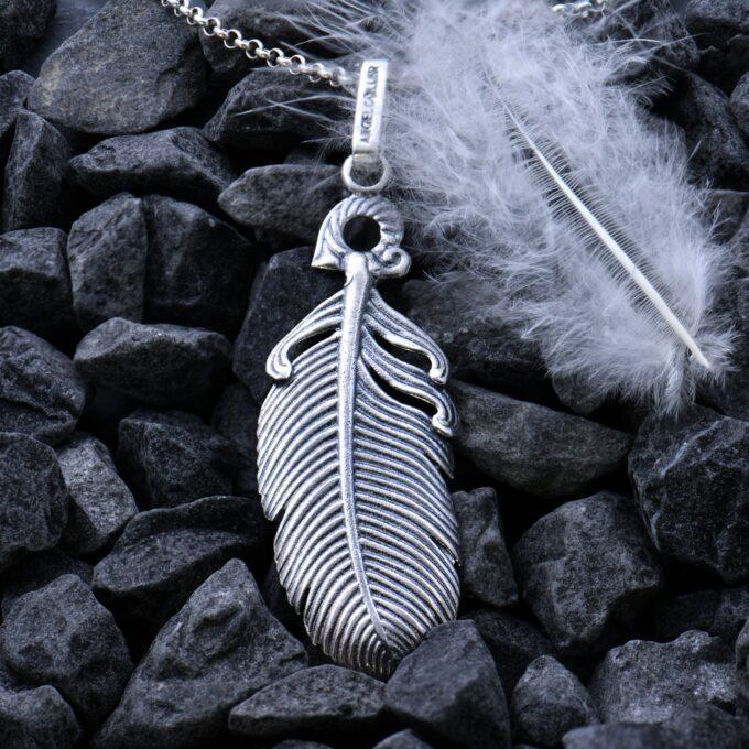 """""""ANGEL C@LLER"""" by Nikol@s Дамски сребърен медальон """"ПЕРО"""", ръчно изработен модел 13A от Николас. Перото е символ нажелание за свобода и независимост, но в същото време за желание за експерименти, защото перото отива там, където го отнесе вятъра. В съвременната култура е негласен символ на литературното творчество и поезията. СЕРТИФИКАТ ЗА АВТЕНТИЧНОСТ обеци;гривна"""