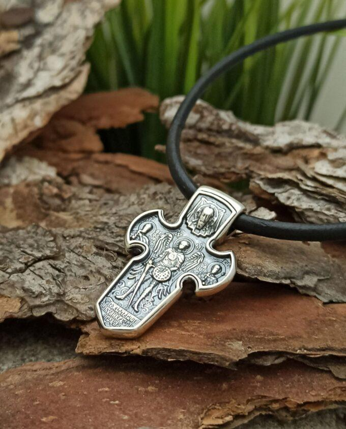 Двулицен сребърен кръст с формата на меч и детайлни изображения, които са създадени чрез миниатюрен релеф. От едната страна е Разпятието, а от другата страна - главният пазител на небесното царство и главен страж на Божия закон Архангел Михаил
