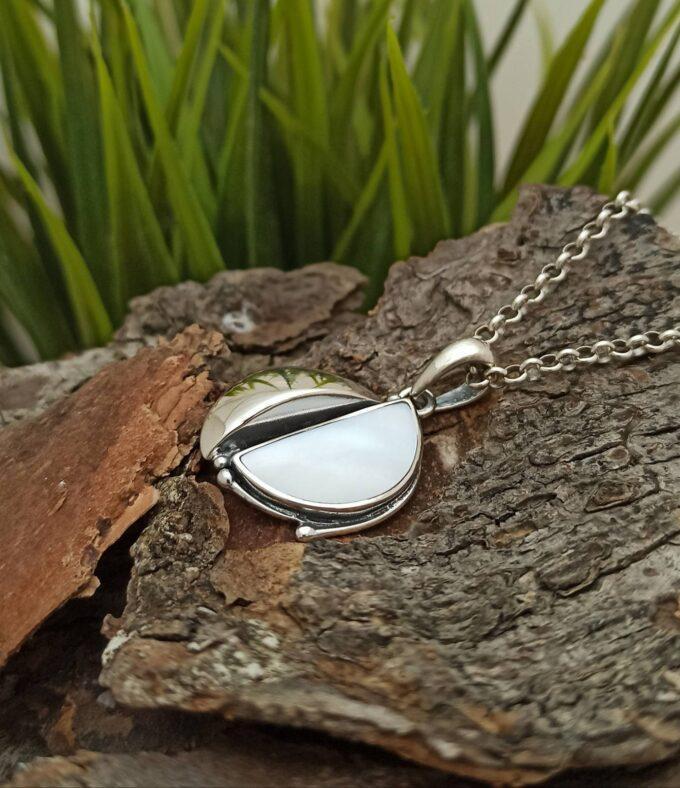 Ръчно изработен дамски сребърен медальон със седеф модел 1287M от колекция бижута със седеф на Студио Николас 1