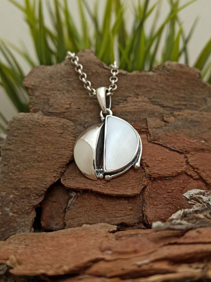 Ръчно изработен дамски сребърен медальон със седеф модел 1287M от колекция бижута със седеф на Студио Николас.