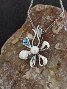 медальон-сребърно-цвете-седеф-перла-студио-николас
