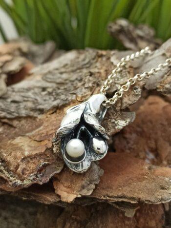Ръчно-изработен-сребърен-медальон-с-речна-перла-1070M-Студио-Николас