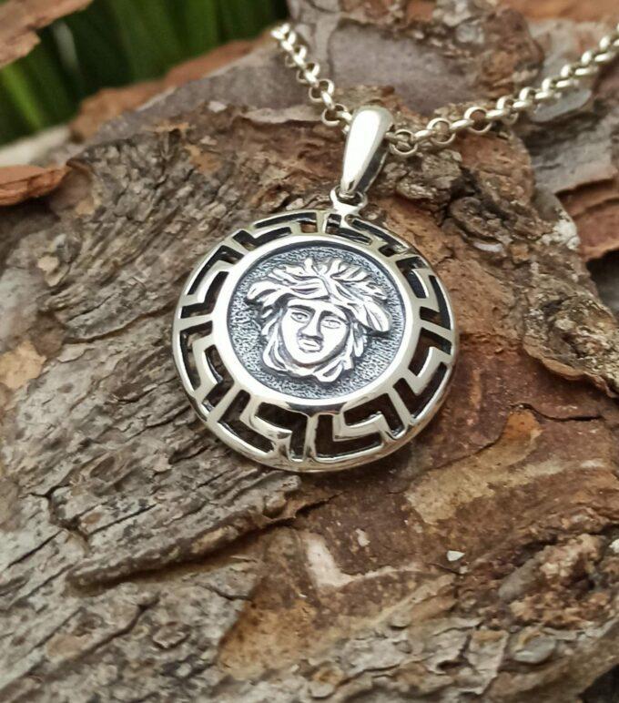 Сребърен медальон с образа на горгона МЕДУЗА бижута висулка Версаче
