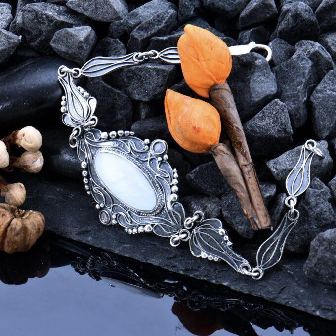 Дамска гривна от сребро с бял седеф Изгубеното съкровище на морското цвете