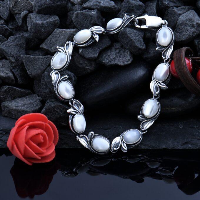 Дамска сребърна гривна изработена от отделни подвижни елементи сърцевината е от бял седеф