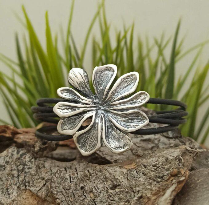 Дамска сребърна гривна 697B във формата нацвете с кожена каишка и закопчалка от 925 проба сребро