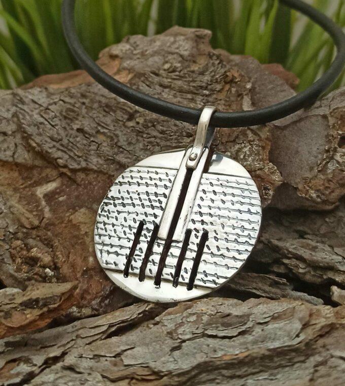 Дамски-сребърен-медальон-модел-105M-на-Студио-Николас-част-от-колекция-сребърни-бижута-за-жената-с-кръгла-изчистена-форма