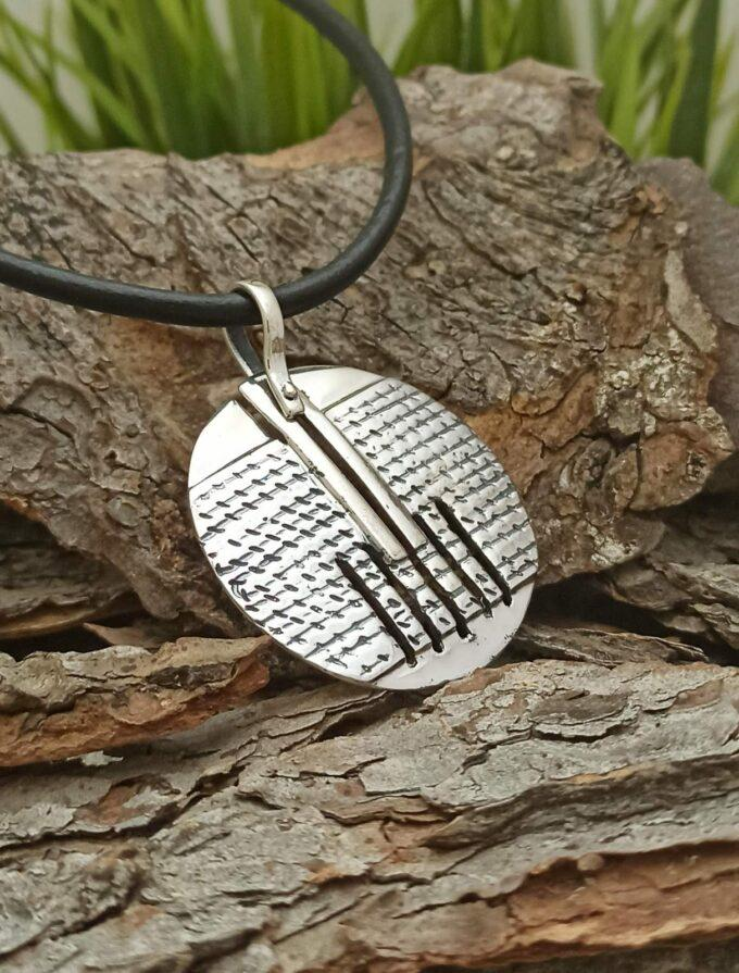 Дамски сребърен медальон модел 105M на Студио Николас част от колекция сребърни бижута за жената с кръгла изчистена форма