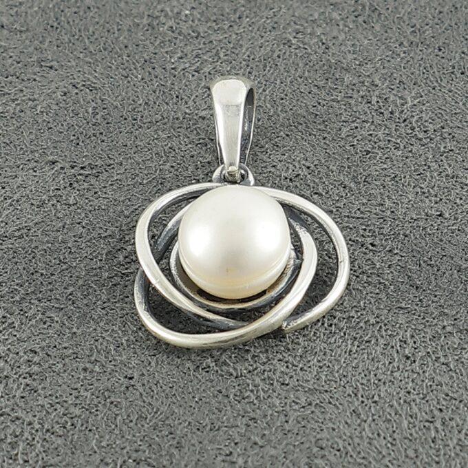 Дамски сребърен медальон с култивирана речна перла 1201M, модел на Студио Николас.
