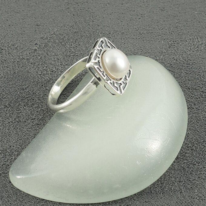 Дамски сребърен пръстен ТЕТИДА бижу в квадратна форма с гравюри и инкрустирана речна перла Студио Николас