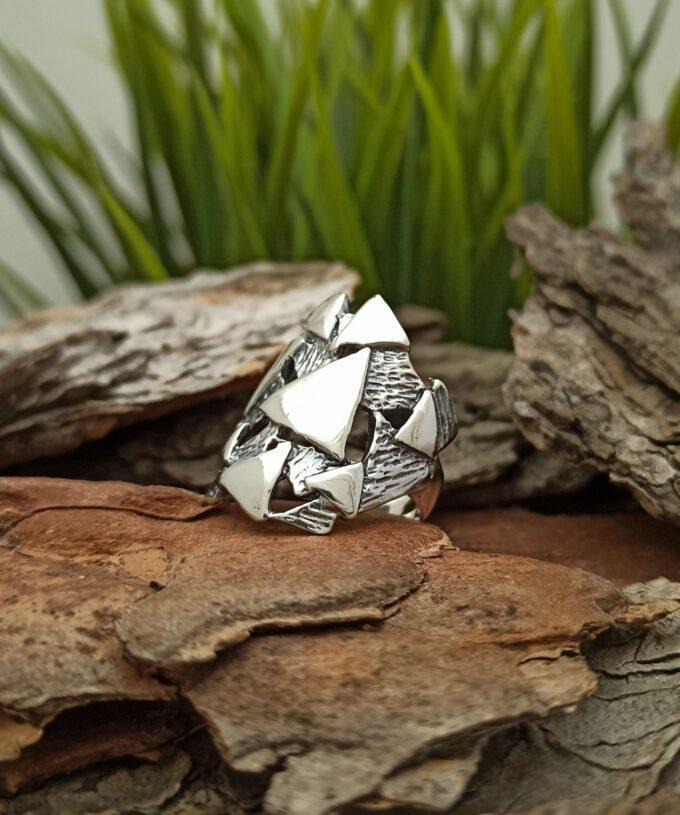 Дамски сребърен пръстен, чиято композицията е базирана върху един ключов елемент триъгълникът