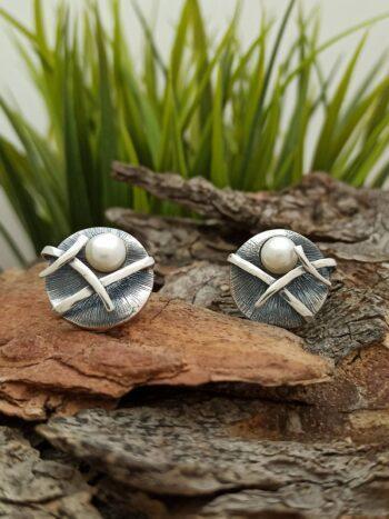 Дамски сребърни обеци с перла – 889E. С очарователна визия – кръг оплетен със сребърни ленти и лепена речна перла.