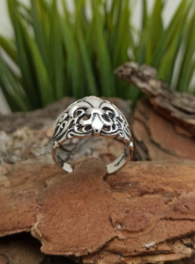 Масивен-сребърен-пръстен-1343R-Хералдическа-лилия-символизира-царственост-светлина-и-живот-от-Студио-Николас
