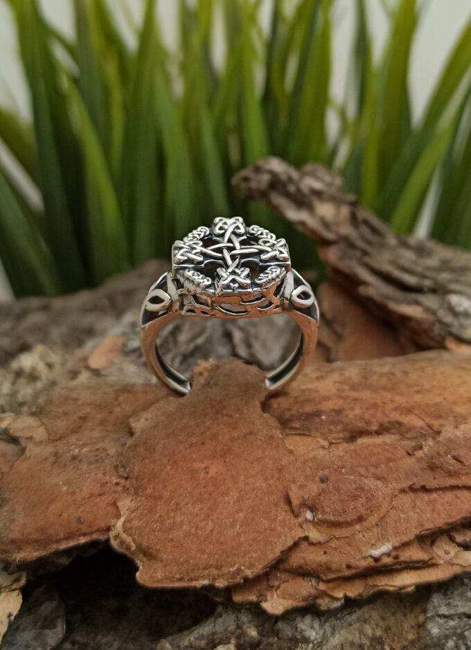 Красив елегантен пръстен от сребро с викингски кръст Прекрасен прецизно изработен модел Студио Николас
