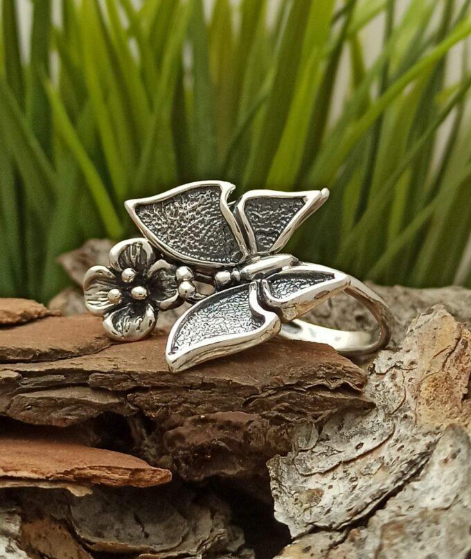 Дамски-сребърен-пръстен-украсен-от-голяма-пеперуда-и-нежно-цвете