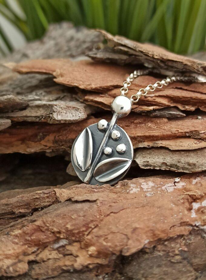 Сребърен медальон с цветя модел 1518Mот Студио Николас