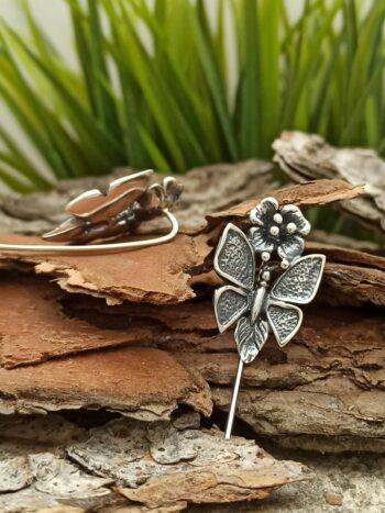 Дамски-сребърни-обеци-украсени-от-голяма-пеперуда-и-нежно-цвете-бижу-с-ръчна-изработка-Студио-Николас