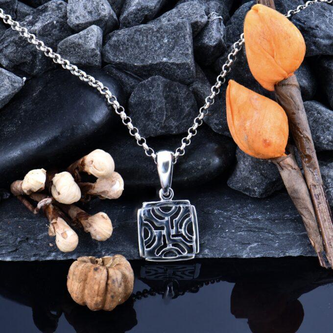 damski-srebaren-medalion-462-kvadratna-visulka-ot-srebro-s-proba-925-studio-nikolas 3