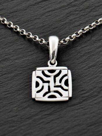 damski-srebaren-medalion-462-kvadratna-visulka-ot-srebro-s-proba-925-studio-nikolas