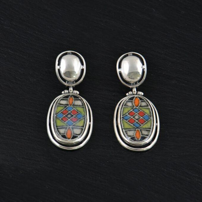 Дамски сребърни обеци в овална форма, прекрасна керамика обкатена с нежно сребро и допълнена с английско закопчаване
